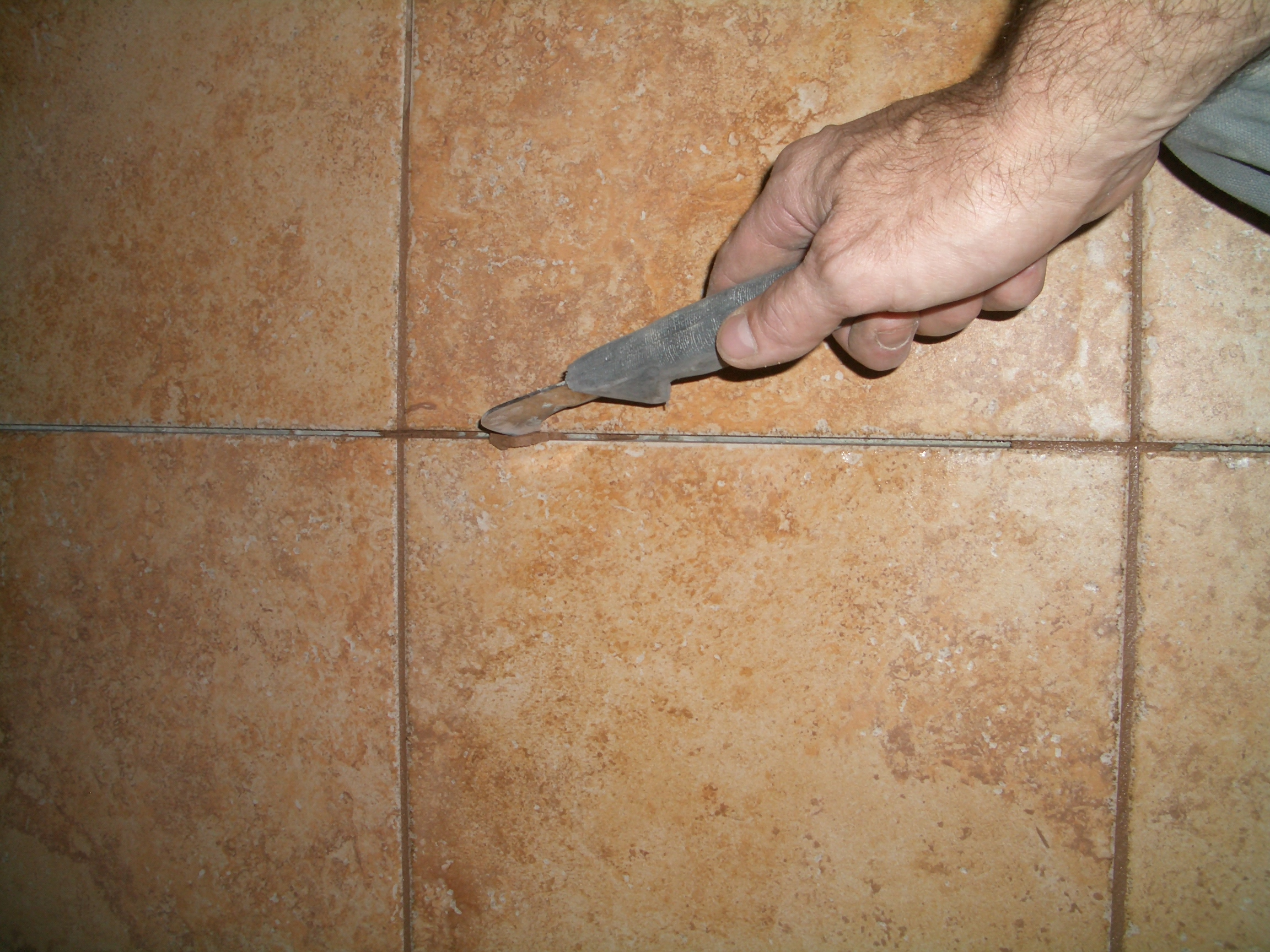 How to install a control joint in a tile installation - Stuccare piastrelle bagno ...